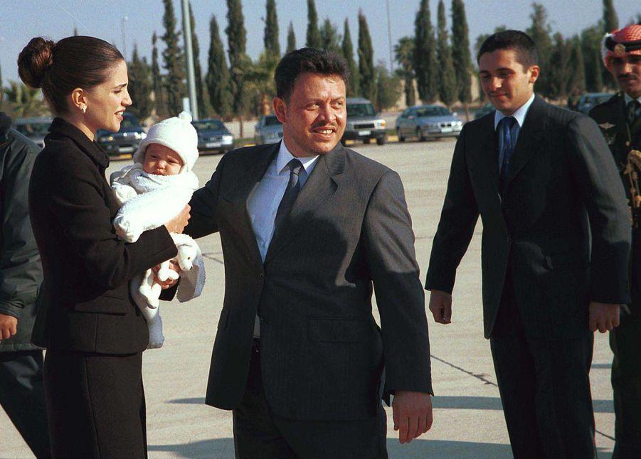 La princesse Salma de Jordanie avec ses parents, le 23 janvier 2001