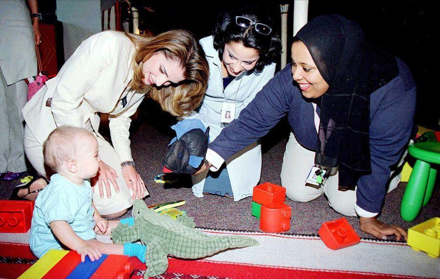 La princesse Salma de Jordanie à neuf mois avec sa mère la reine Rania, le 22 mai 2001