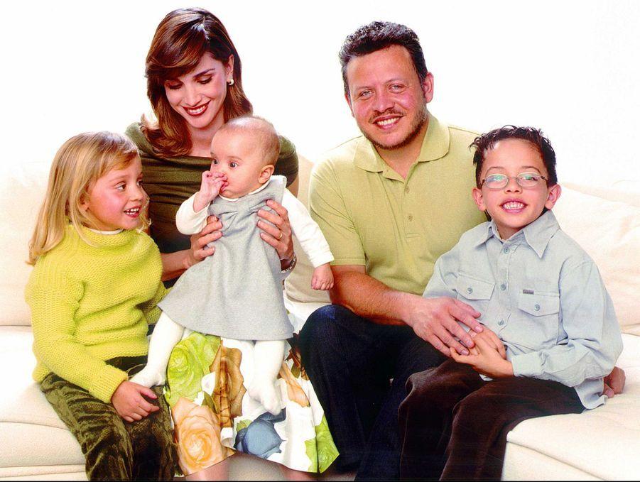La princesse Salma de Jordanie avec ses parents, son frère et sa soeur aînés, en juin 2001