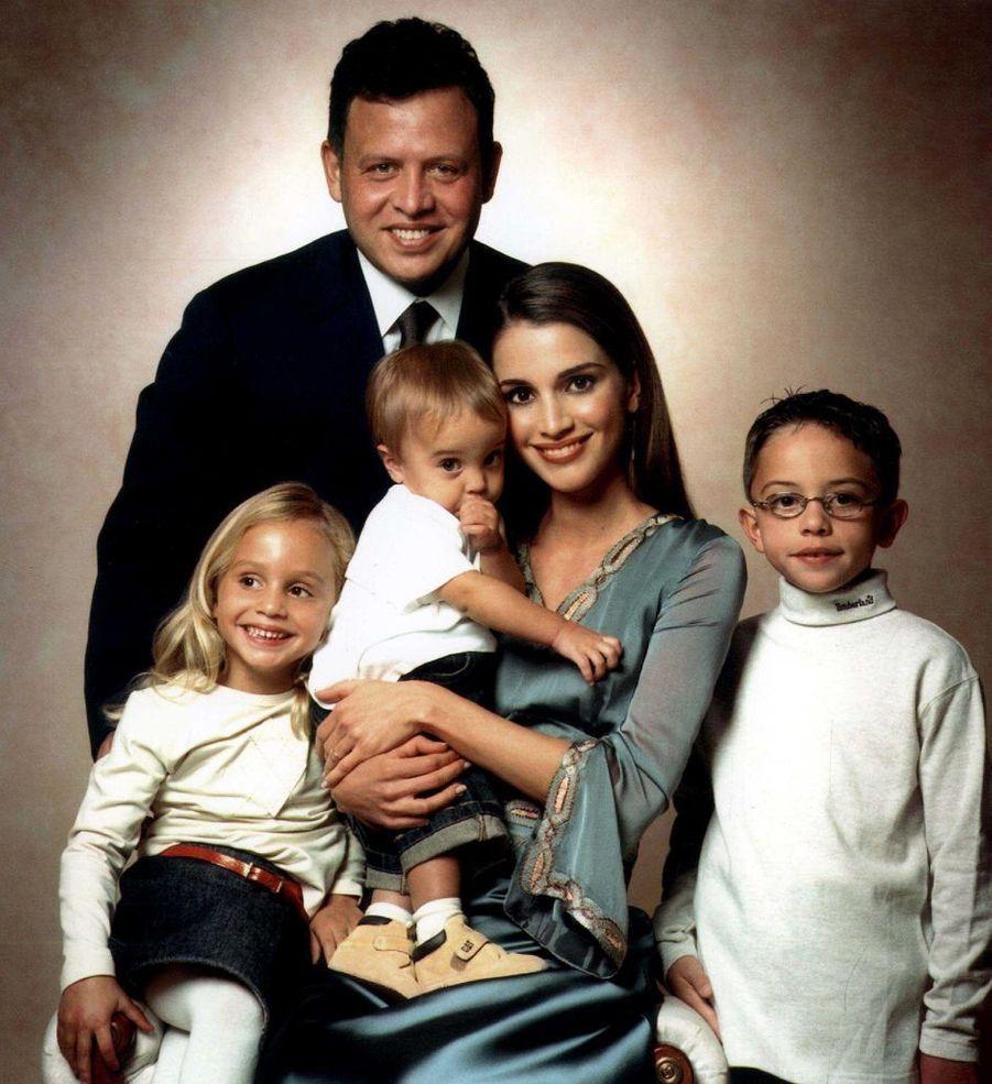 La princesse Salma de Jordanie avec ses parents, son frère et sa soeur aînés, le 1er décembre 2001