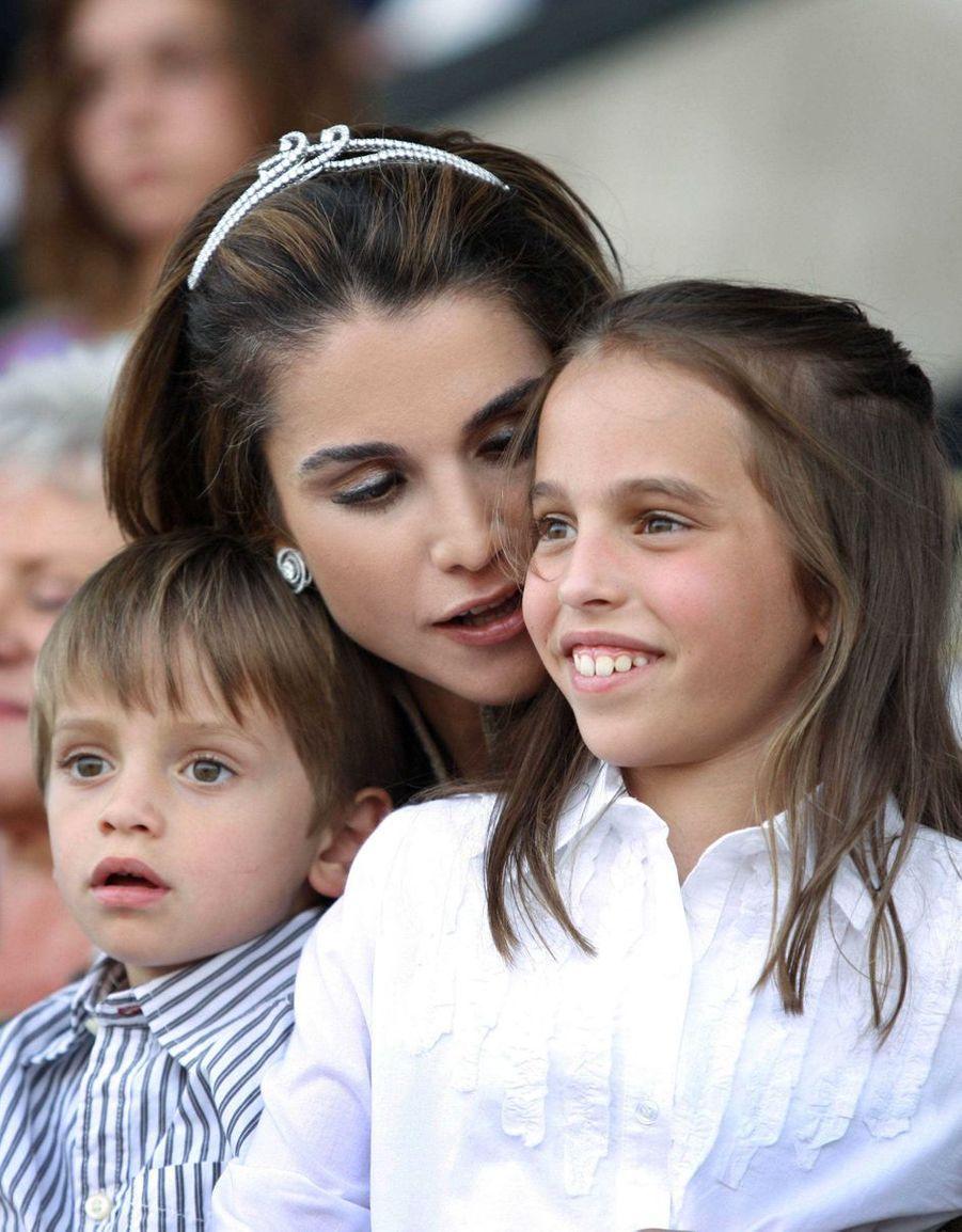 La princesse Salma de Jordanie avec sa mère la reine Rania et son petit frère le prince Hashem, le 9 juin 2009