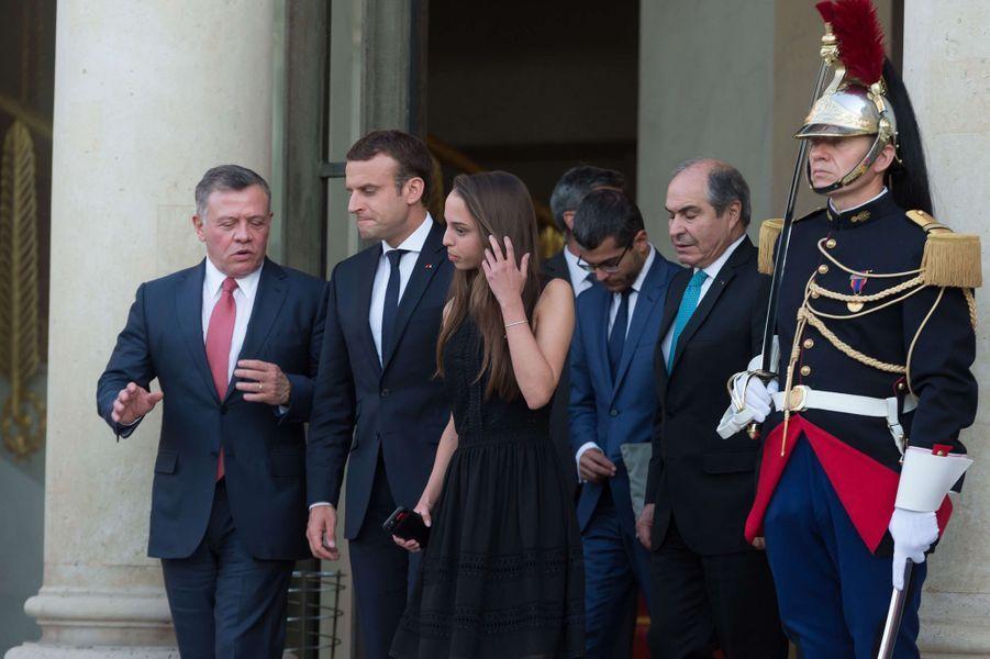 La princesse Salma de Jordanie avec son père le roi Abdallah II et Emmanuel Macron à l'Elysée à Paris, le 19 juin 2017