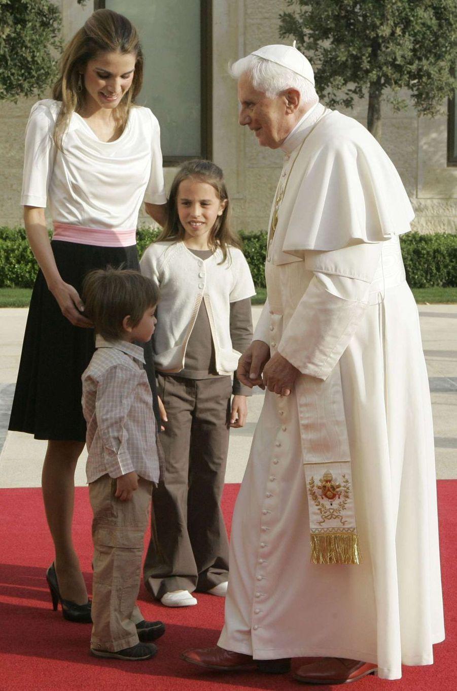 La princesse Salma de Jordanie avec sa mère la reine Rania, son petit frère le prince Hashem et le pape Benoît XVI, le 8 mai 2009