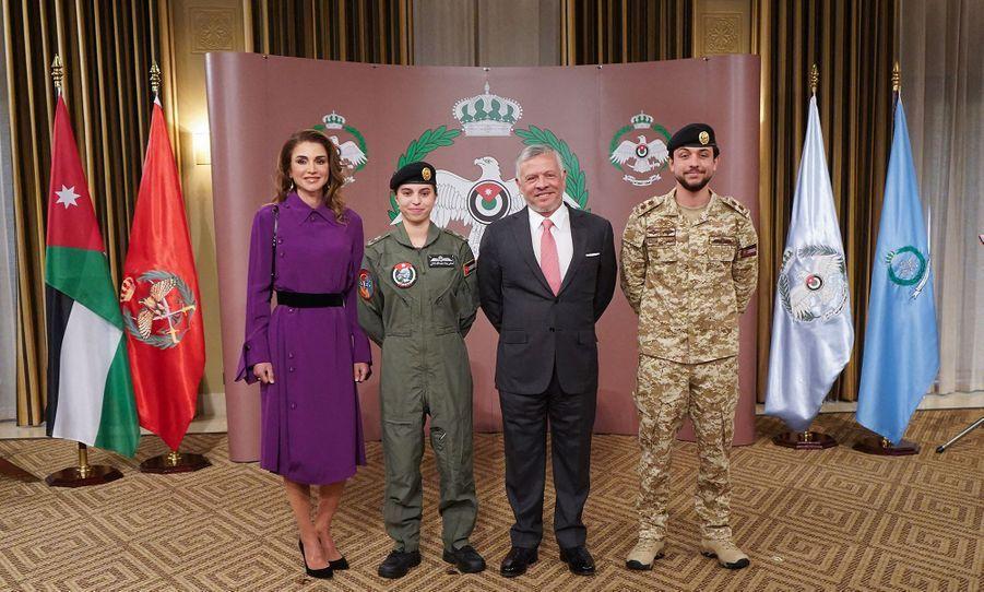 La princesse Salma de Jordanie avec ses parents, le roi Abdallah II et la reine Rania, et son frère aîné le prince héritier Hussein, à Amman le 8 janvier 2019