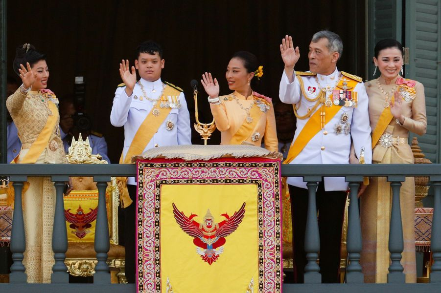 La princesse Sirivannavari Nariratana de Thaïlande avec son père le roi Rama X et la famille royale à Bangkok, le 6 mai 2019