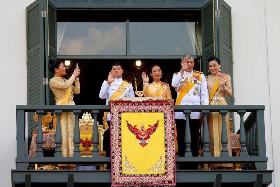 La princesse Sirivannavari Nariratana avec son père le roi Rama X de Thaïlande et la famille royale à Bangkok, le 6 mai 2019