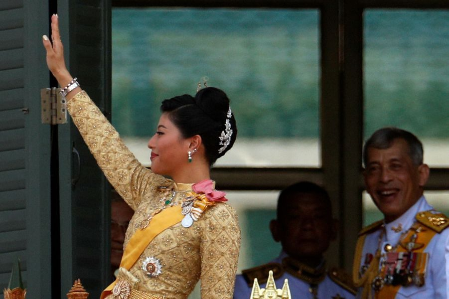 La princesse Sirivannavari Nariratana de Thaïlande avec son père le roi Rama X à Bangkok, le 6 mai 2019