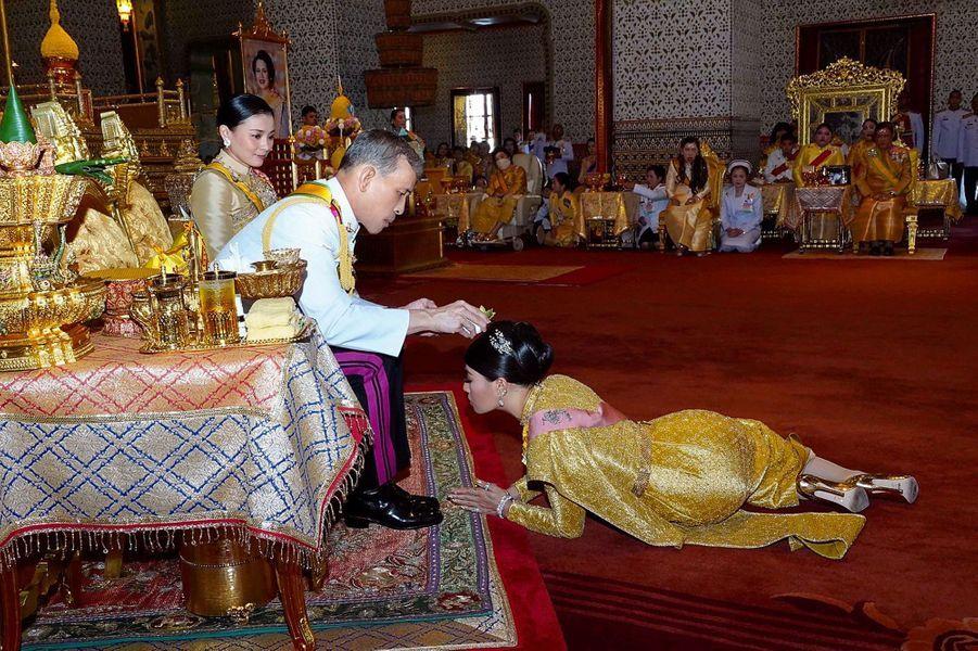 La princesse Sirivannavari Nariratana de Thaïlande avec son père le roi Rama X à Bangkok, le 5 mai 2019