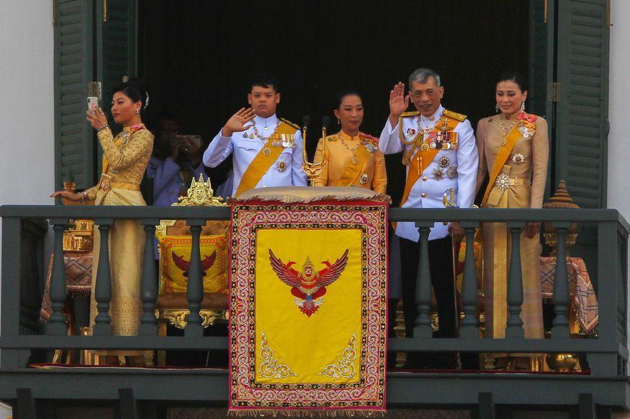 La princesse Sirivannavari Nariratana de Thaïlande avec son père le roi Maha Vajiralongkorn et la famille royale à Bangkok, le 6 mai 2019