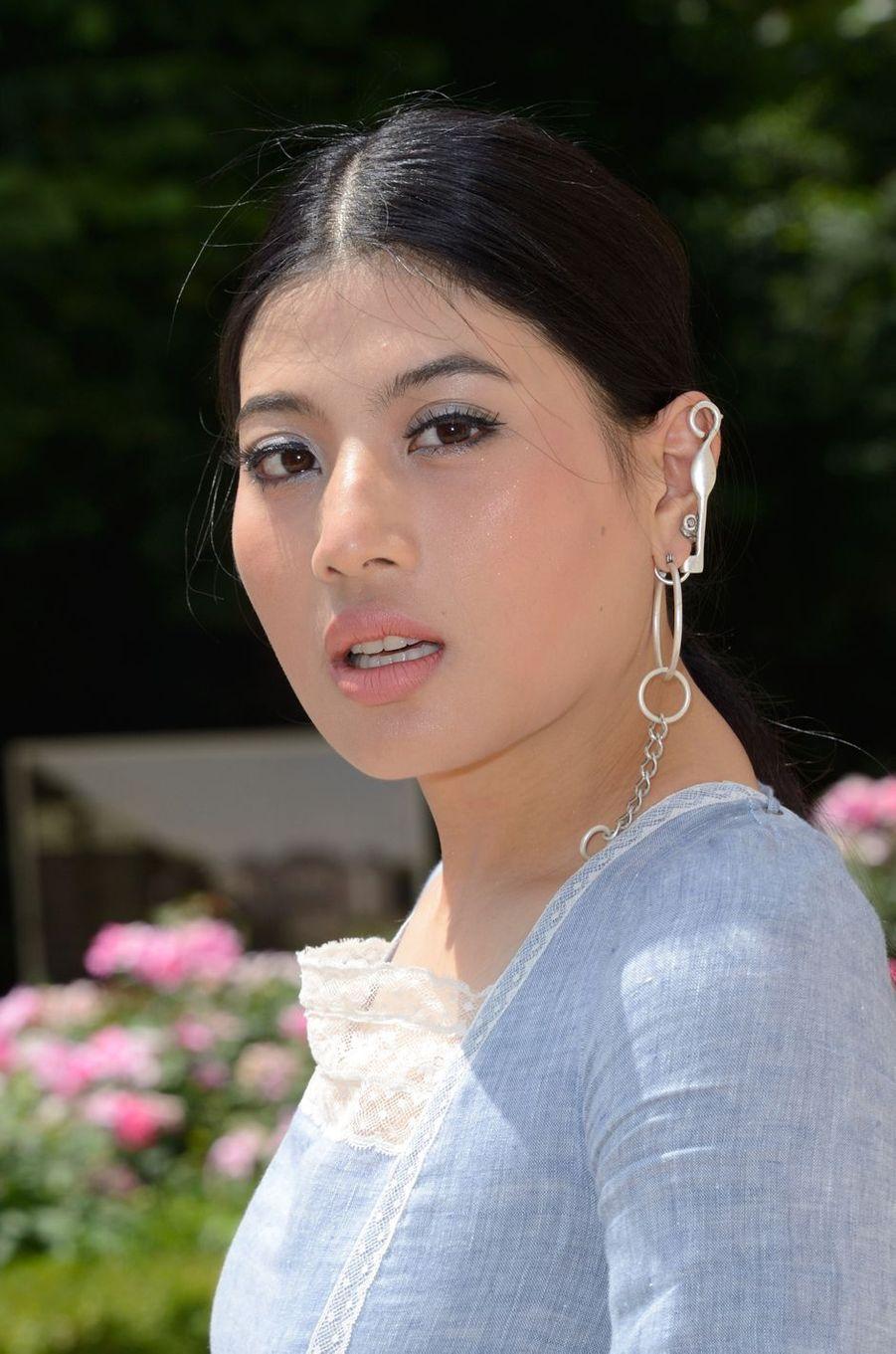 Détail des boucles d'oreille de la princesse Sirivannavari Nariratana de Thaïlande à Paris, le 2 juillet 2018