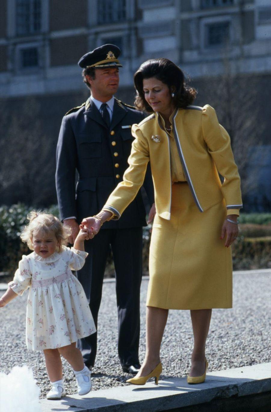 La princesse Victoria, avec son père le roi Carl XVI Gustaf et sa mère la reine Silvia en avril 1984
