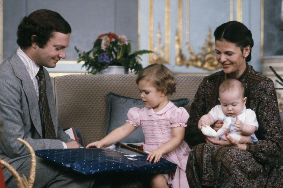 La princesse Victoria, entre son père le roi Carl XVI Gustaf et sa mère la reine Silvia tenant le jeune prince Carl Philip, au Noël en 1979