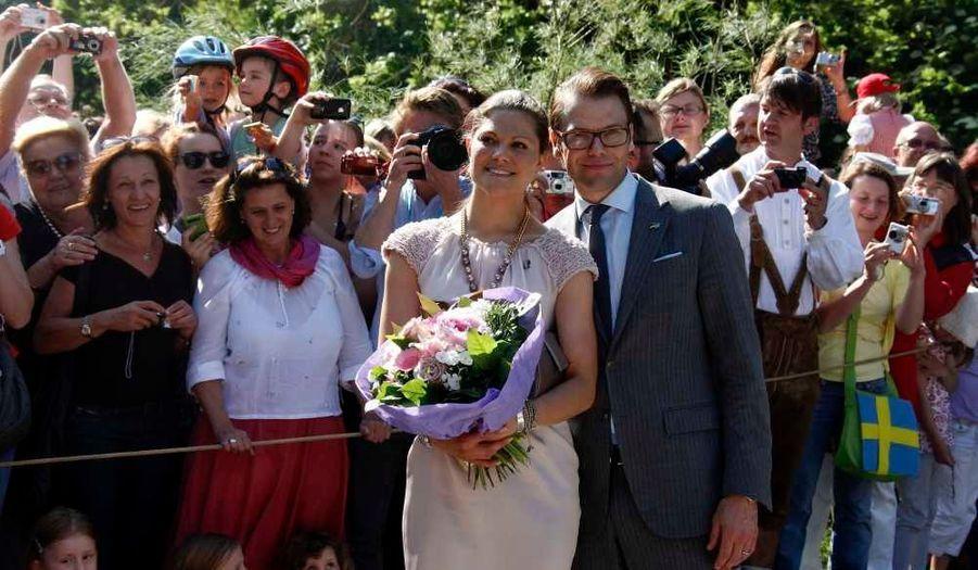 La princesse Victoria et le prince Daniel de Suède sont en ce moment en Allemagne pour une visite officielle de trois jours. Le couple est arrivé mardi à Munich où ils ont été chaleureusement accueillis par le ministre-président de Bavière Horst Seehofer et son épouse Karin, mais aussi par la population. Le soir, ils ont assisté à une fête bavaroise organisée dans le village d'Aying, près du Munich. Ce jeudi, ils étaient à Berlin où ils ont notamment rencontré le président allemand Christian Wulff et son épouse Bettina, et visité le mémorial de l'Holocauste.