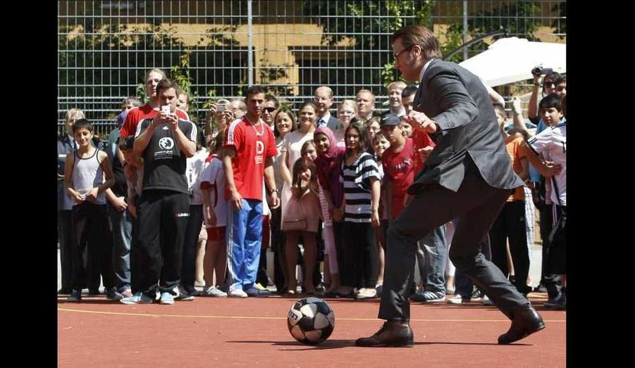 Daniel n'a pas résisté à l'appel du ballon lors de leur visite dans un club de jeunes à Munich.