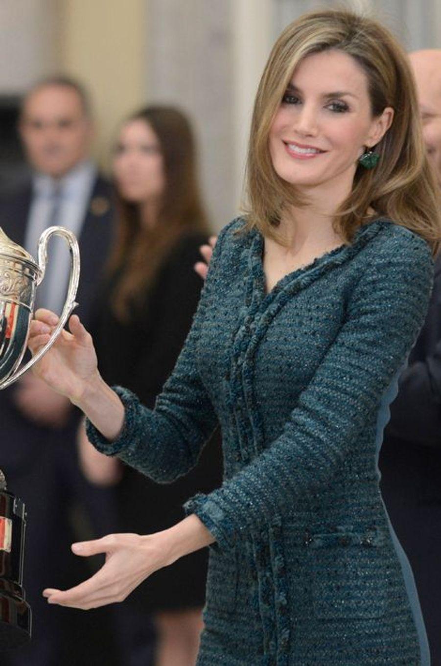 La reine Letizia d'Espagne remet un prix du sport 2013 à Madrid, le 4 décembre 2014