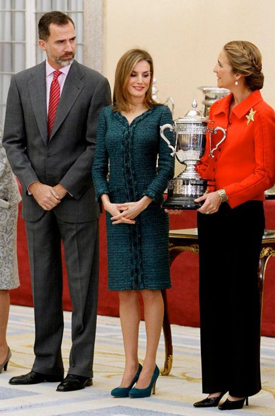 Le roi Felipe VI d'Espagne, la reine Letizia et l'infante Elena à Madrid, le 4 décembre 2014
