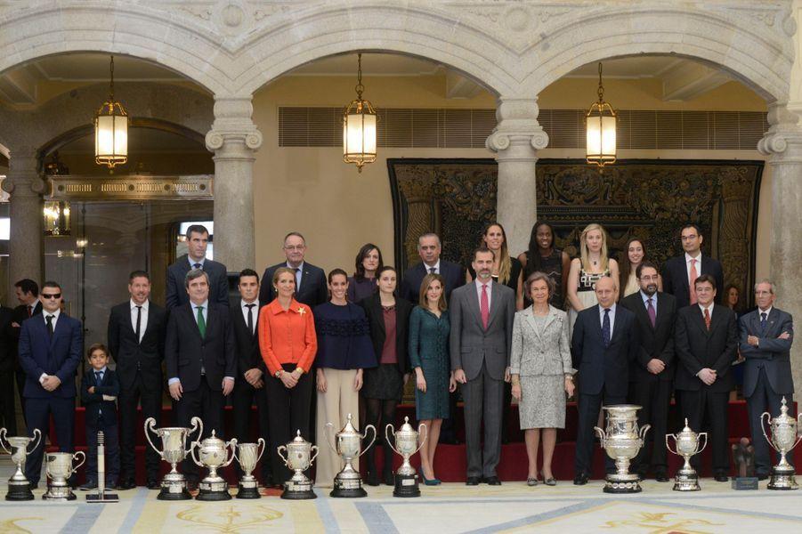 Le roi Felipe VI d'Espagne, la reine Letizia, l'ex-reine Sophia et l'infante Elena remettent les prix du sport 2013 à Madrid, le 4 décembre...