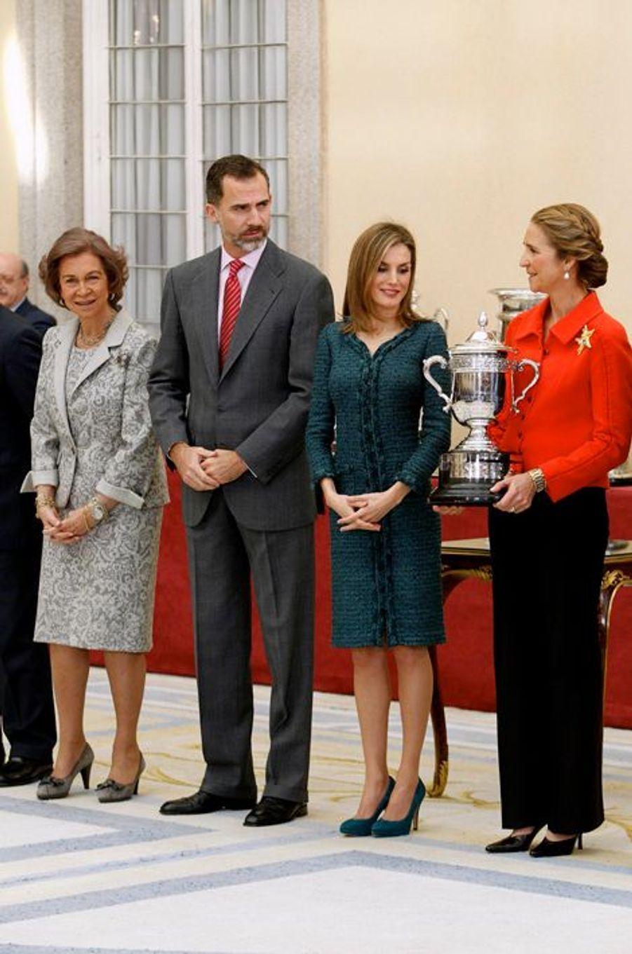 Le roi Felipe VI d'Espagne remet l'un des prix du sport 2013 à Madrid, le 4 décembre 2014