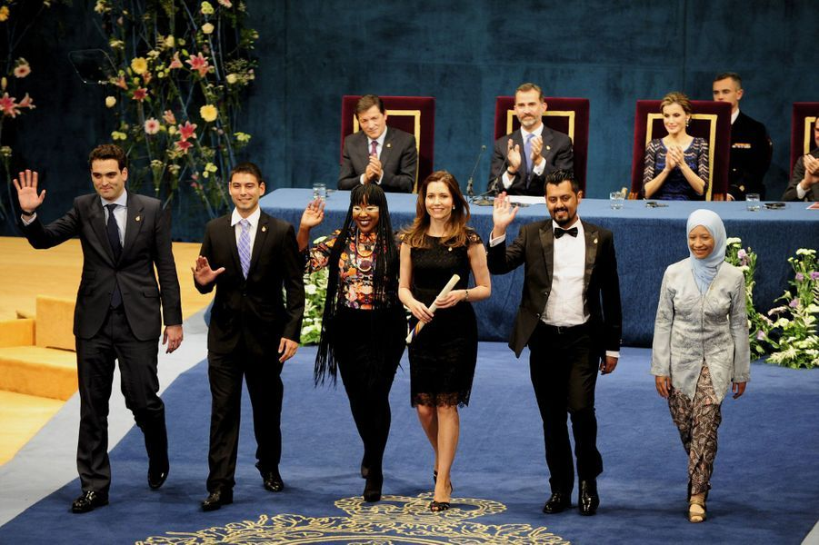 Letizia et Felipe en bleu royal pour les prix du Prince des Asturies