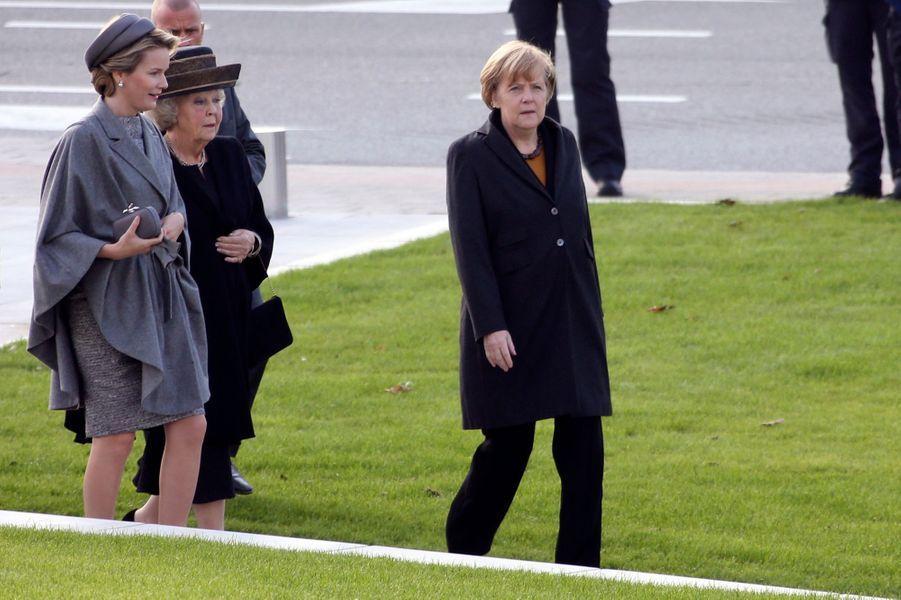 La reine Mathilde de Belgique, la princesse Beatrix des Pays-Bas et Angela Merkel à Nieuwpoort, le 28 octobre 2014