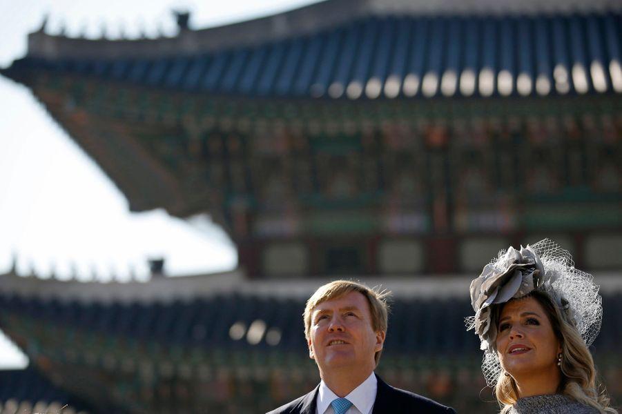 Le roi Willem-Alexander des Pays-Bas et la reine Maxima visitent le palais de Gyeongbokgung à Séoul, le 4 novembre 2014