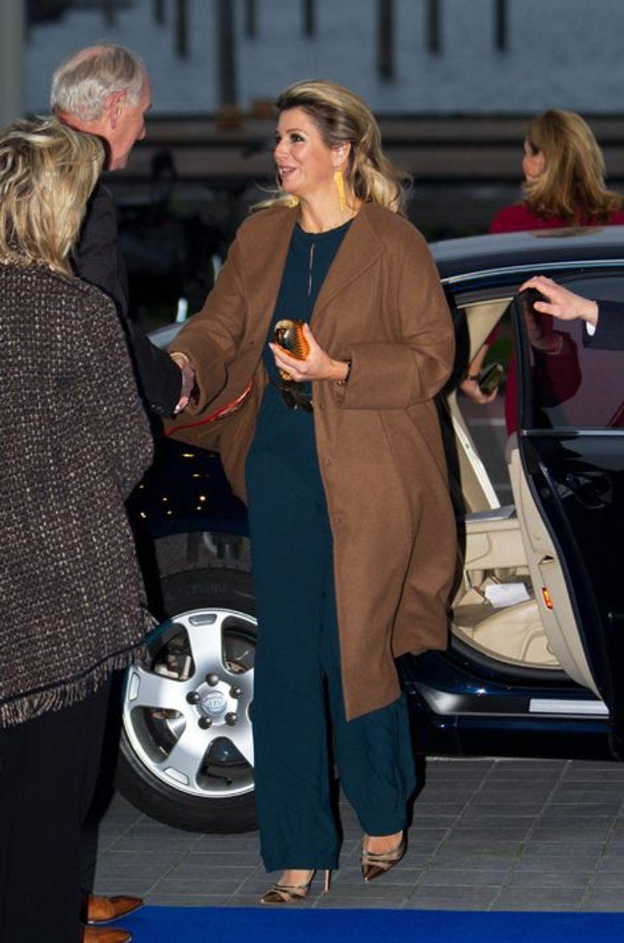 La reine Maxima des Pays-Bas remet le Prince Bernhard Culture Price 2014 au metteur en scène Johan Simons à Amsterdam, le 1er décembre