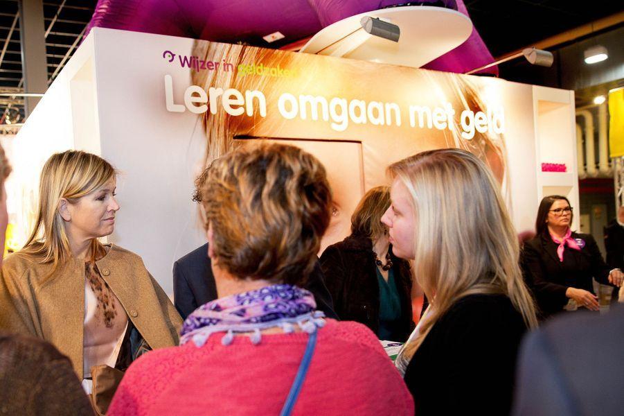 """La reine Maxima sur le stand """"Wijzer in geldzaken"""" au salon de l'Education nationale à Utrecht, le 28 janvier 2015"""
