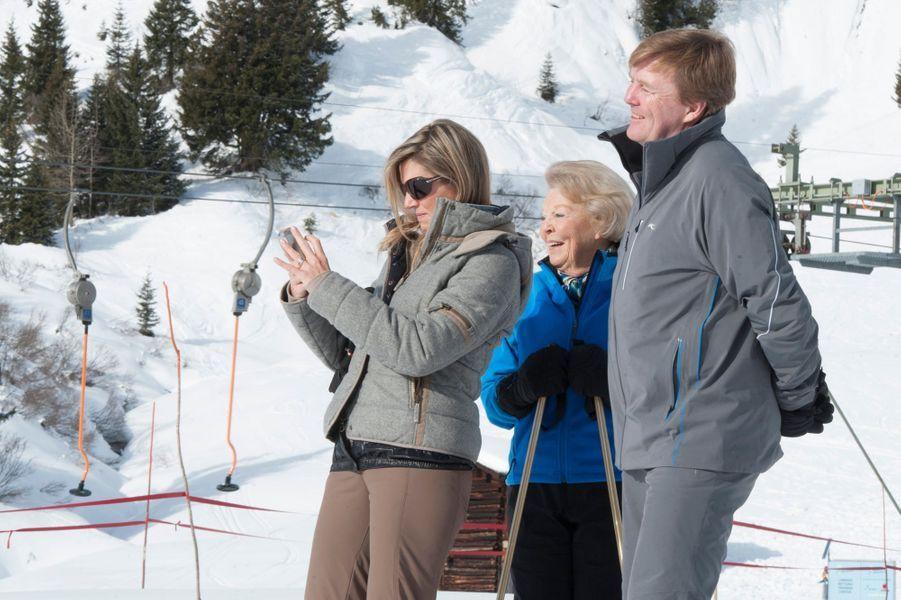 La reine Maxima et le roi Willem-Alexander avec l'ex-reine Beatrix à Lech, le 23 février 2015