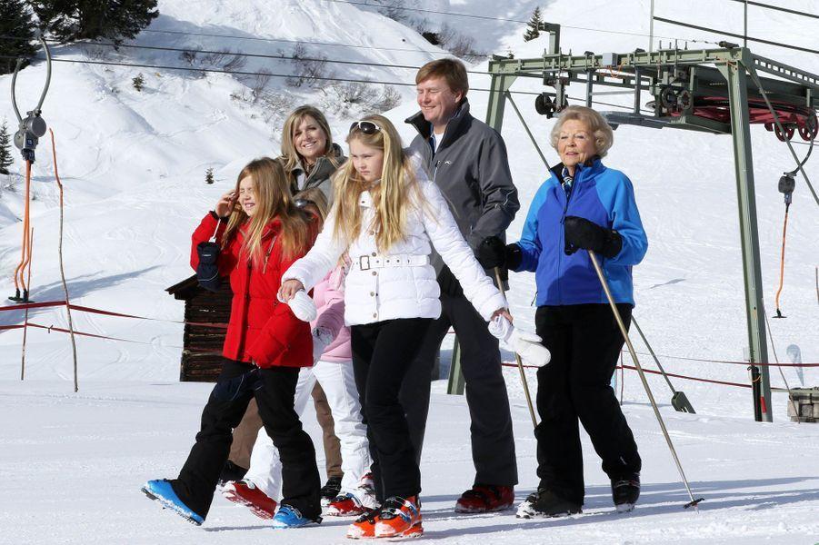 La reine Maxima et le roi Willem-Alexander avec leurs filles et l'ex-reine Beatrix à Lech, le 23 février 2015