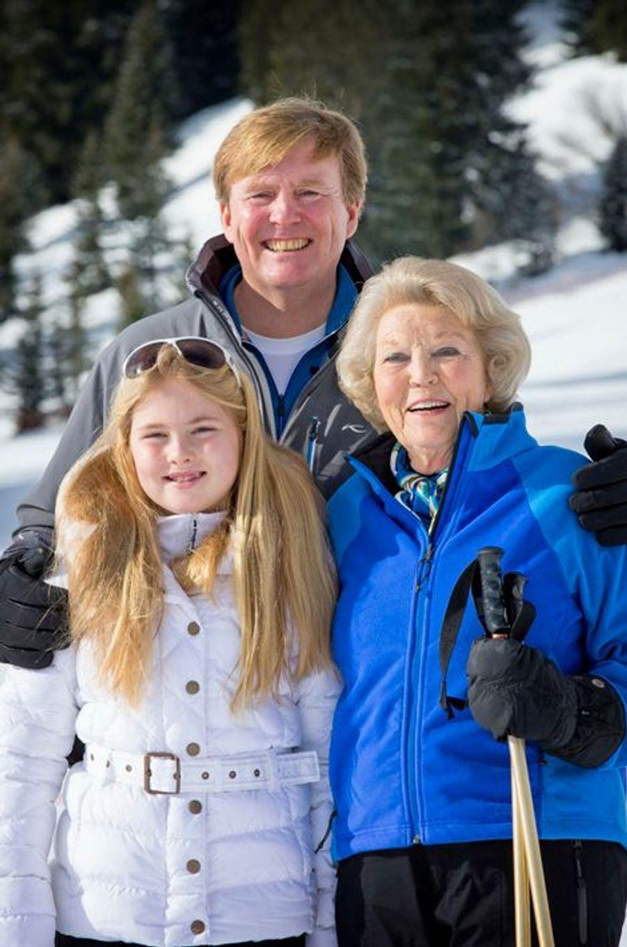 Le roi Willem-Alexander avec sa mère l'ex-reine Beatrix et sa fille aînée la princesse Catharina-Amalia à Lech, le 23 février 2015