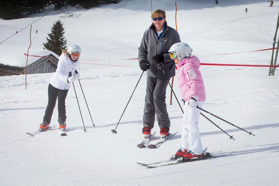 Le roi Willem-Alexander avec ses filles Catharina-Amalia et Ariane à Lech, le 23 février 2015