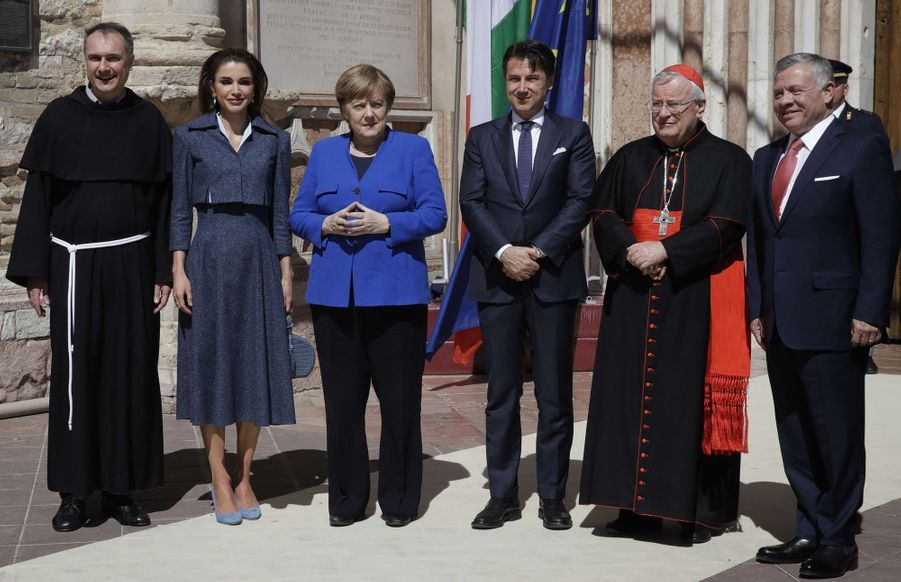 La reine Rania et le roi Abdallah II de Jordanie avec le père Mauro Gambetti,Angela Merkel, Giuseppe Conte et le cardinal Gualtiero Bassetti à Assise, le 29 mars 2019