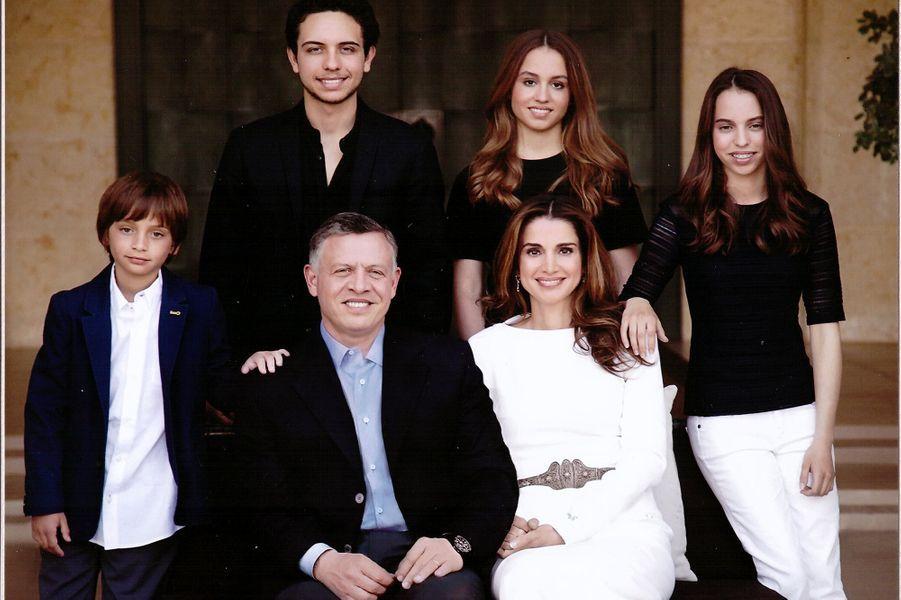Rania avec le roi Abdallah et le prince Hussein, la princesse Iman, la princesse Salma et le prince Hashem en 2014