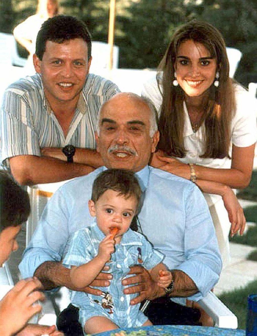 Rania avec le roi Abdallah, le prince Hussein dans les bras du roi Hussein en 1995