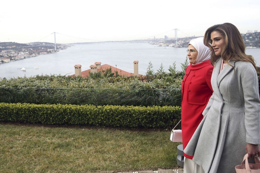 La reine Rania de Jordanie avec la Première dame turque à Istanbul, le 3 février 2019