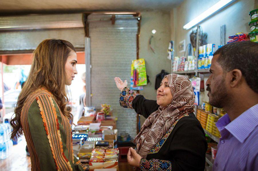 La reine Rania à Tabaqet Fahel, le 30 mars 2015