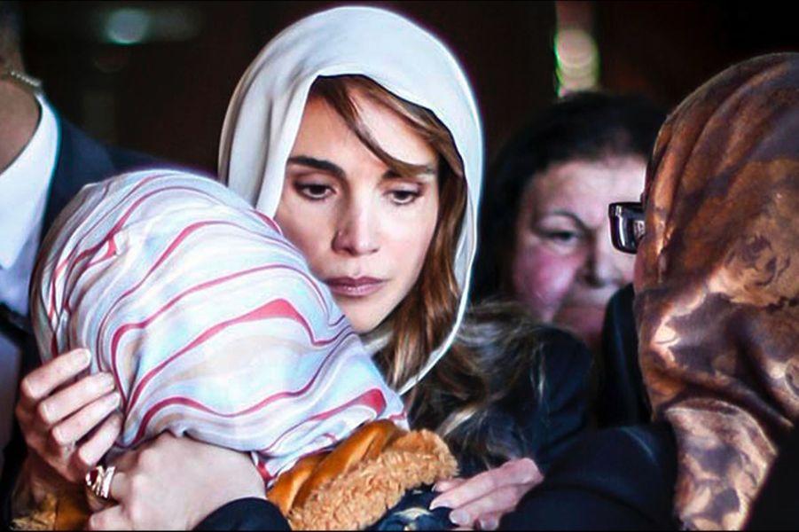 La Reine Rania De Jordanie Aupres De La Famille Du Pilote Tue Par Daech
