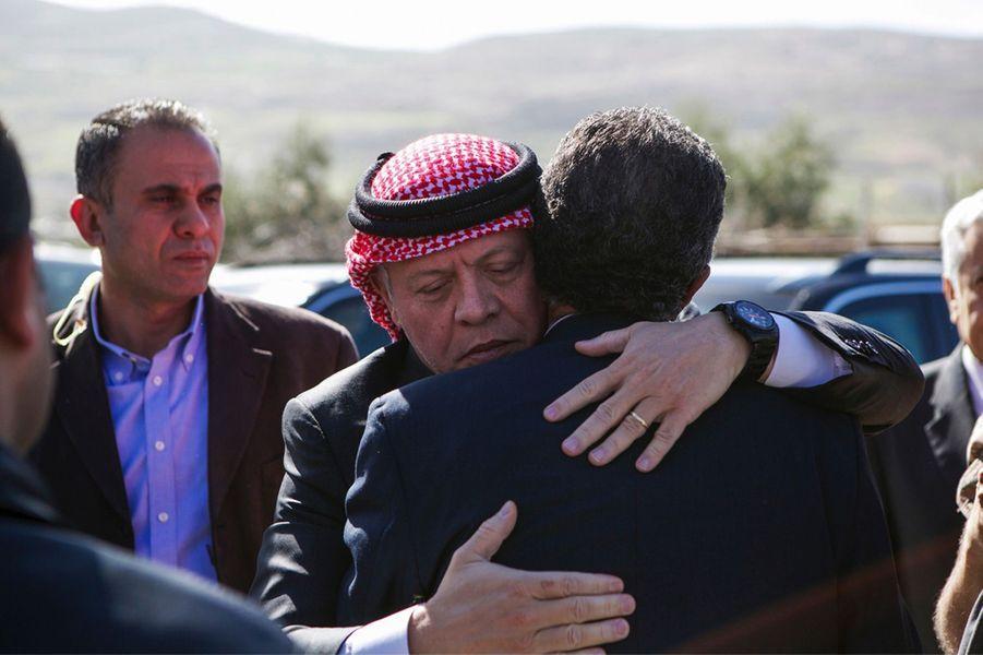 11 Le Roi Abdallah De Jordanie Avec Safi, Le Père Du Pilote Tué Par Daech