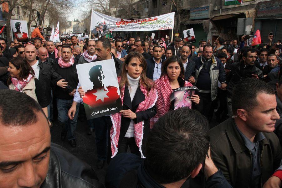 7 La Reine Rania De Jordanie Défile En Mémoire Du Pilote Maaz Al Kassasbeh, Brulé Vif Par Daech