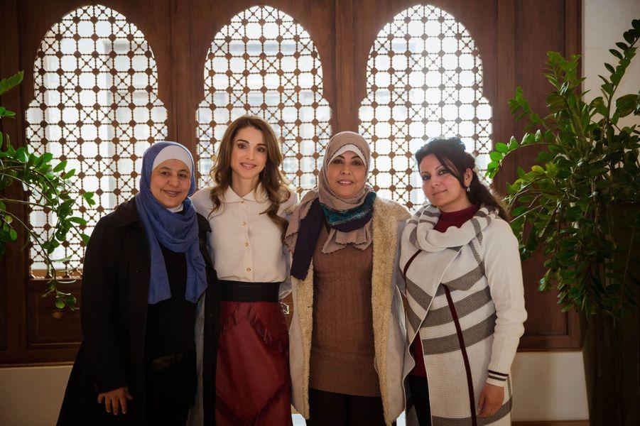 La reine Rania de Jordanie avec des finalistes jordaniennes du Global Teacher Prize à Amman, le 10 février 2016