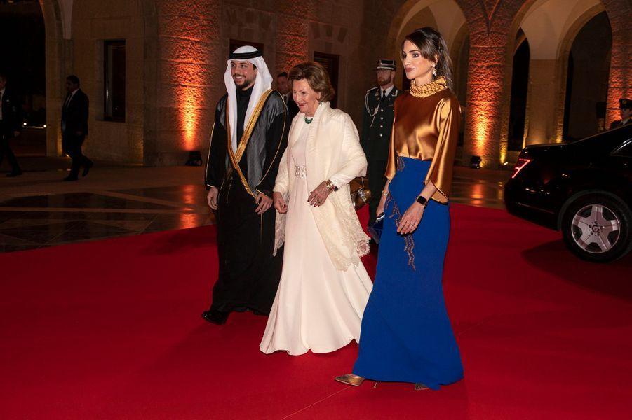 La reine Rania de Jordanie et son fils le prince héritier Hussein avec la reine Sonja de Norvège à Amman, le 2 mars 2020
