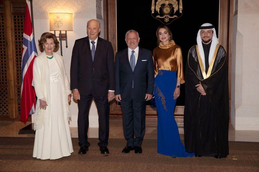 La reine Rania, le roi Abdallah II et le prince Hussein de Jordanie avec la reine Sonja et le roi Harald V de Norvège à Amman, le 2 mars 2020