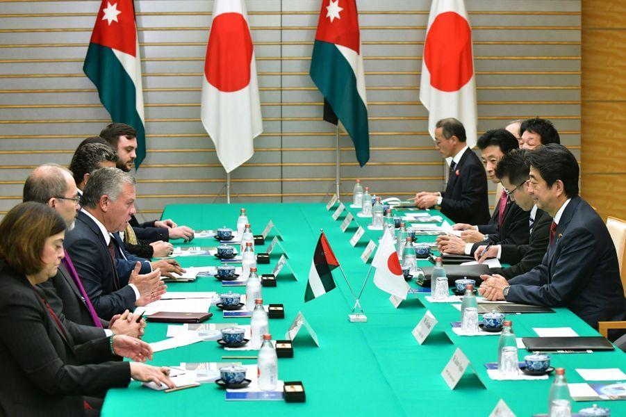 Le roi Abdallah II de Jordanie avec Shinzo Abe à Tokyo, le 27 novembre 2018