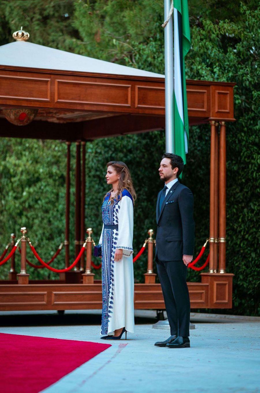 La reine Rania de Jordanie avec le prince héritier Hussein à Amman, le 25 mai 2020