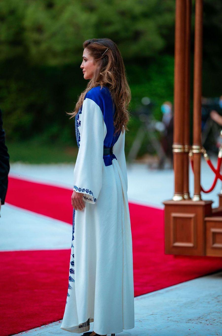 La reine Rania de Jordanie, de dos, à Amman le 25 mai 2020