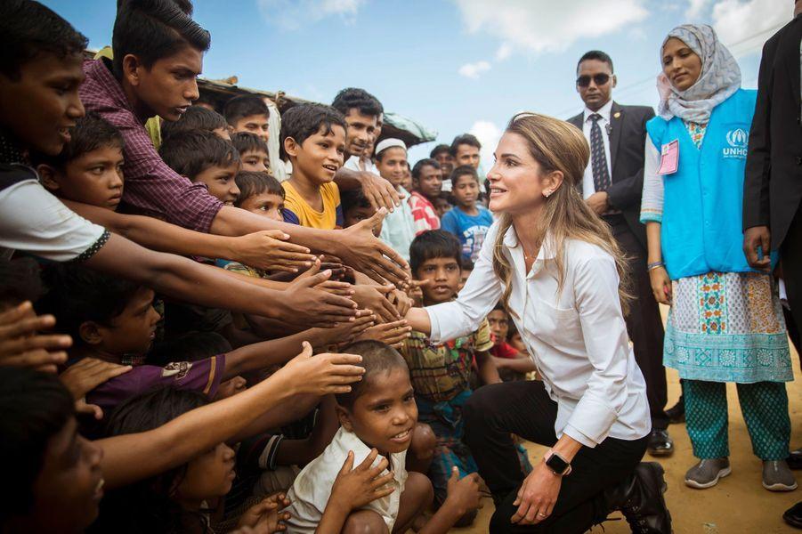 La reine Rania de Jordanie avec des Rohingyas dans le camp de réfugiés de Kutupalong au Bangladesh, le 23 octobre 2017