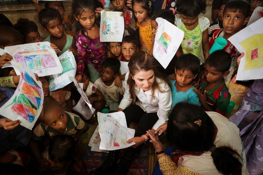 La reine Rania de Jordanie avec des enfants dans le camp de réfugiés de Kutupalong au Bangladesh, le 23 octobre 2017