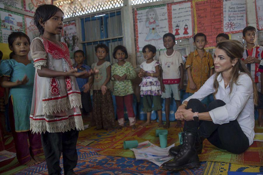 La reine Rania de Jordanie avec des Rohingyas dans un camp de réfugiés au Bangladesh, le 23 octobre 2017