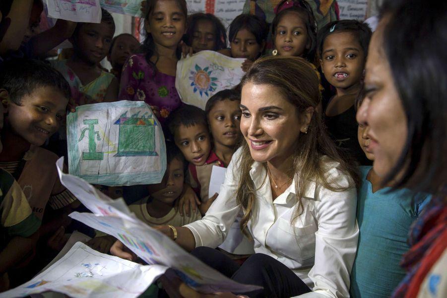 La reine Rania de Jordanie avec des enfants dans un camp de réfugiés au Bangladesh, le 23 octobre 2017