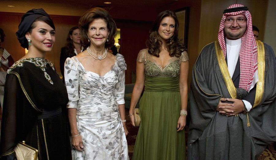 Pour cette soirée qui s'est tenue dans le très prestigieux Four Season Hotel, la reine Silvia et sa fille Madeleine ont passé la soirée en compagnie du prince Abdul-Aziz ben Talal d'Arabie saoudite et sa femme la princesse Sora.